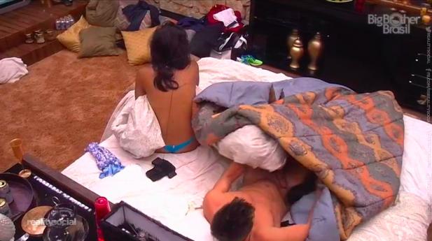 BBB 15: Rafael deixa escapar o pinto de fora no quarto do líder