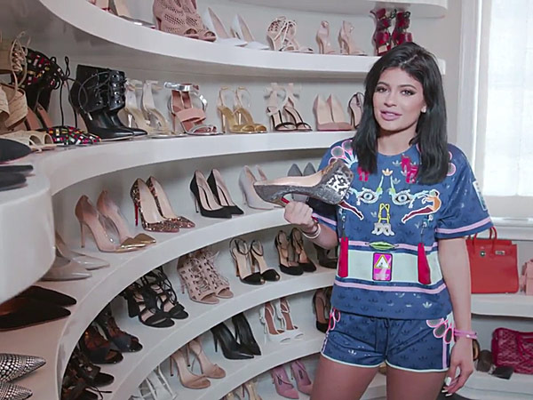 V 237 Deo Kylie Jenner Abre As Portas De Seu Luxuoso Closet De Sapatos Hugo Gloss
