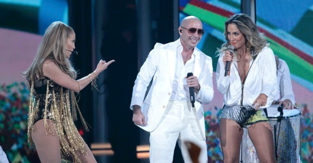 18mai2014---jennifer-lopez-pitbull-e-claudia-leitte-se-apresentam-no-2014-billboard-music-awards-em-las-vegas-1400509593874_956x500