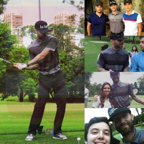 SábadoAdam Levine foi jogar golfe em SP! Alguns sortudos conseguiram foto com ele! Será que ele vai de novo? #EuSeguroOTaco #QuemSeguraAsBolas #MeChamaDeBuraco kkkkk