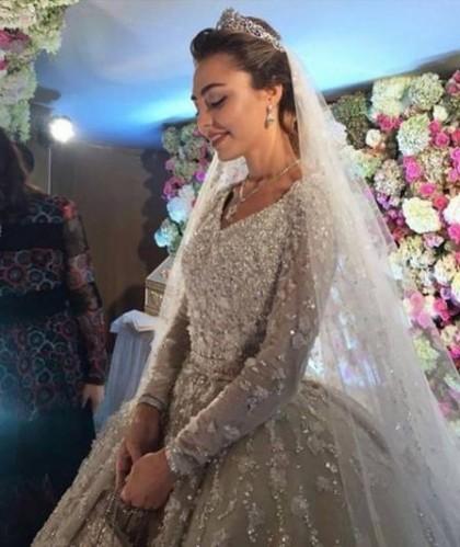 O vestido da noiva foi avaliado em 1,3 milhão de reais!