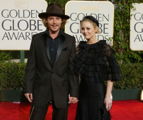 """Vanessa Paradis e Depp, durante a cerimônia do """"Globo de Ouro"""", em 2004"""