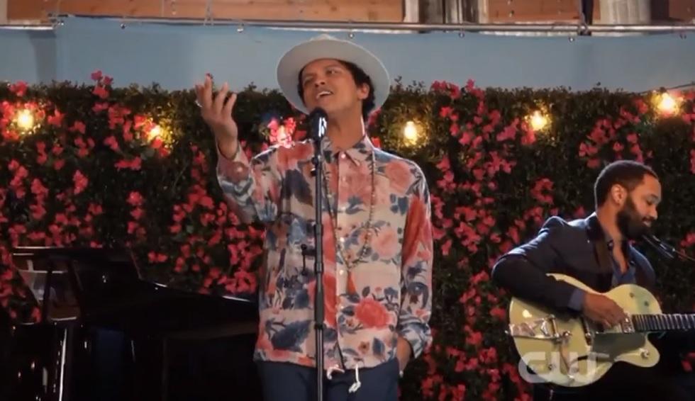 Bruno Mars Faz Participacao Na Serie Jane The Virgin E Canta Rest Of My Life Assista