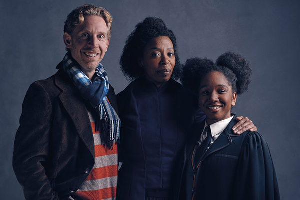 Paul Thornley aparece caracterizado como Rony Weasley, Noma Dumezweni como Hermione e Cherrelle Skeete como Rose Granger-Weasley