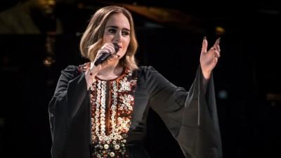 Adele canta pela primeira vez no Festival Glastonbury e reúne multidão; veja vídeos
