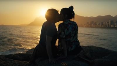 "Gregório Duvivier fica entre Dani Calabresa e Clarice Falcão no trailer de ""Desculpe o Transtorno"""