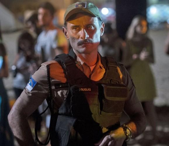 Enrique Diaz é o policial machista Douglas.