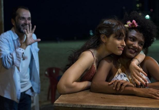 Jéssica Ellen e Luiza Arraes são as amigas Rose e Débora. (Foto: TV Globo).